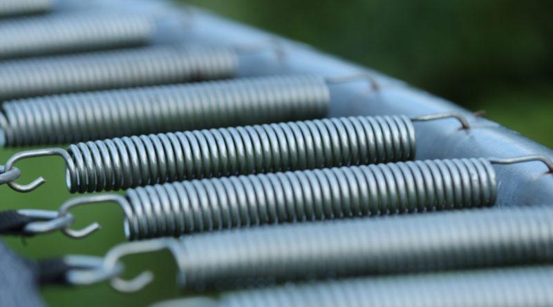 feather 2635262 1280 800x445 - Stahlfedern oder Gummibänder beim Fitness Trampolin?